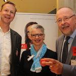 An den Stand gelockt wurden die Delegierten mit Bio-Äpfeln (Vizepräsident Frank Dieckerhoff, Dr. Inka Krude, Axel Schäfer MdB, v.l.n.r.).