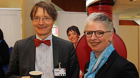 NRW-Connection: Beim SPD-Landesparteitag trommelte die Apothekerkammer Westfalen-Lippe (AKWL) für die Belange der Apotheken (Professor Dr. Karl Lauterbach und Dr. Inka Krude, Kreisvertrauensapothekerin Bochum).